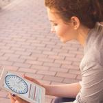 Imagen de mujer joven mirando un tablet en cuya pantalla se observa la gráfica circular entregada por el test PAPI,